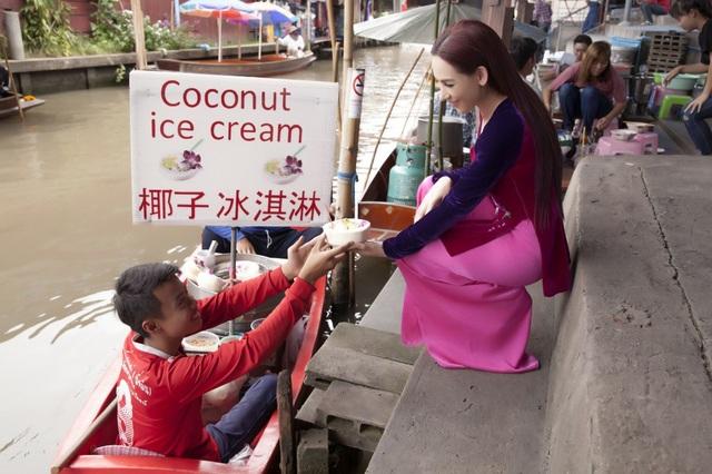 Khu chợ nổi Thái Lan cũng bán món kem dừa mà nữ ca sĩ yêu thích.