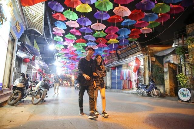 Hai bên đường, các cửa hàng bán lụa cũng trang hoàng, mở cửa cho khách tham quan đến 23 giờ đêm.