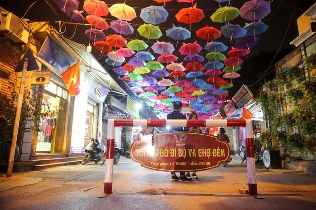 Trong đó, tuyến phố đi bộ và chợ đêm được mở cửa từ 16 giờ đến 23 giờ đêm, phục vụ du khách tham quan, chụp ảnh tìm hiểu các sản phẩm lụa của làng nghề.