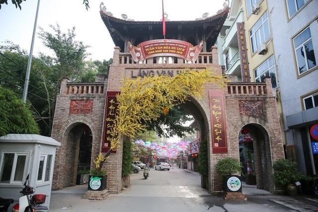Làng nghề Vạn Phúc (phường Vạn Phúc, quận Hà Đông) nằm bên bờ sống Nhuệ, cách trung tâm thành phố Hà Nội khoảng 10km. Đây là một trong những làng nghề dệt lụa tơ tằm nổi tiếng, có lịch sử lâu đời.