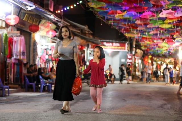 Ngoài các mặt hàng truyền thống, tuyến phố đi bộ được trang hoàng rực rỡ, với hàng nghìn chiếc ô đủ màu sắc.