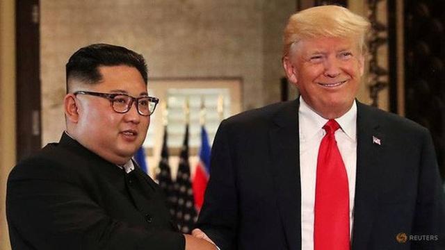 Tổng thống Donald Trump (phải) bắt tay nhà lãnh đạo Triều Tiên Kim Jong-un tại hội nghị thượng đỉnh ở Singapore hồi tháng 6. Ảnh: Reuters
