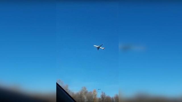 """Hình ảnh chiếc máy bay """"bất động"""" giữa bầu trời khiến cư dân mạng xôn xao."""