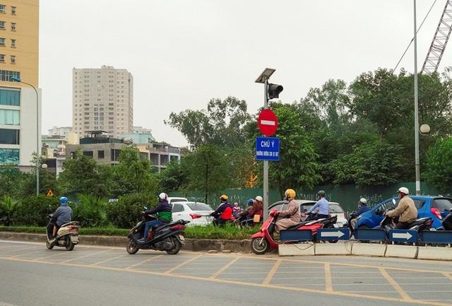 Dải phân cách bị phá cách ngã tư đường Trung Văn khoảng 10m, người dân tự ý mở lối nhằm tiếp tục vi phạm giao thông và né tránh lực lượng CSGT.