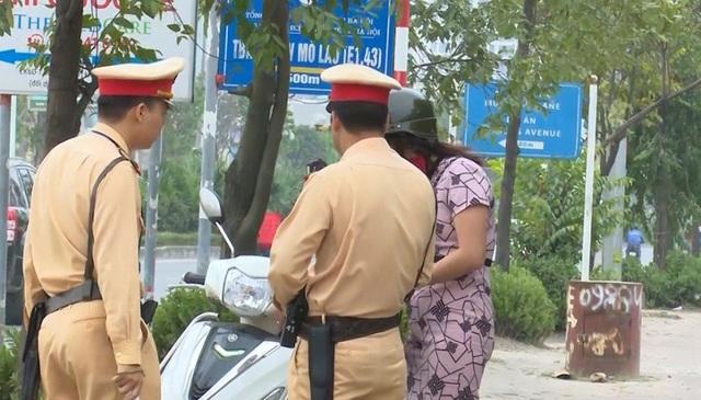 Lực lượng CSGT túc trực xử lý và điều hướng các phương tiện đi ngược chiều trên vỉa hè tại nút giao Tố Hữu – Mỗ Lao.