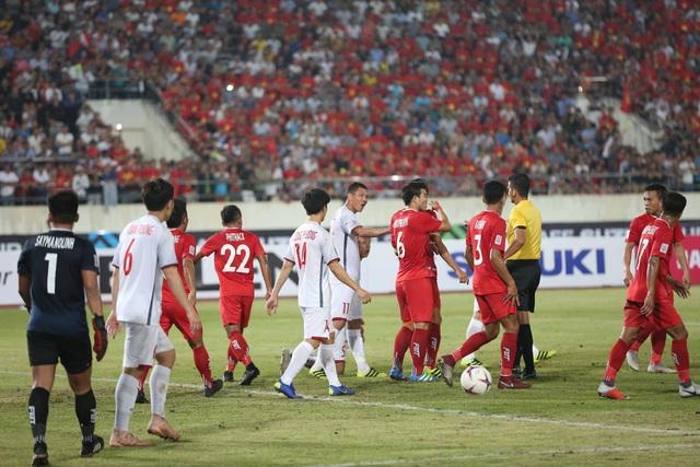 Đội tuyển Việt Nam tập luyện ngay sau trận thắng Lào tối qua
