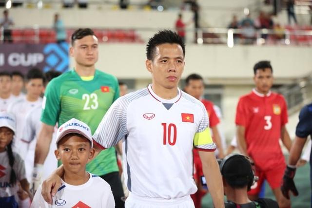 Thủ quân Văn Quyết dẫn đầu đội tuyển Việt Nam bước ra sân