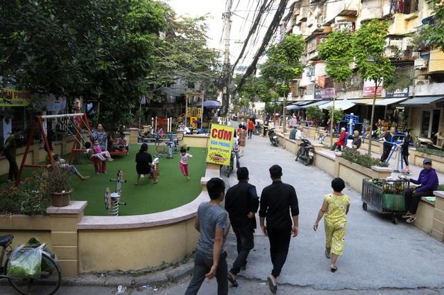 Các sân chơi này bắt đầu thực hiện cải tạo từ năm 2017 tại các khu tập thể cũ thuộc địa bàn quận Đống Đa, Hà Nội. Dự án này sẽ tiếp tục được triển khai đến năm 2020 với kỳ vọng tạo thêm nhiều sân chơi phục vụ nhân dân. Trong ảnh là khu vui chơi khu B5 và B5 tập thể Vĩnh Hồ, phường Thịnh Quang.
