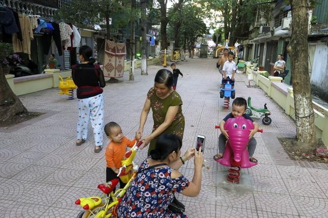 Song song cùng các thiết bị thể thao, hàng loạt trang thiết bị vui chơi cho trẻ em cũng được lắp đặt tạo ra một không gian cộng đồng đa dạng cho người dân.