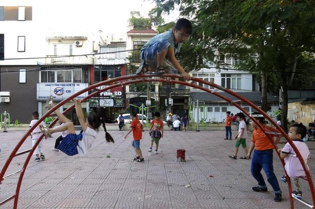 Một khu vui chơi giải trí tại tập thể Trung Tự (Đống Đa) thu hút rất đông trẻ em đến vui chơi.
