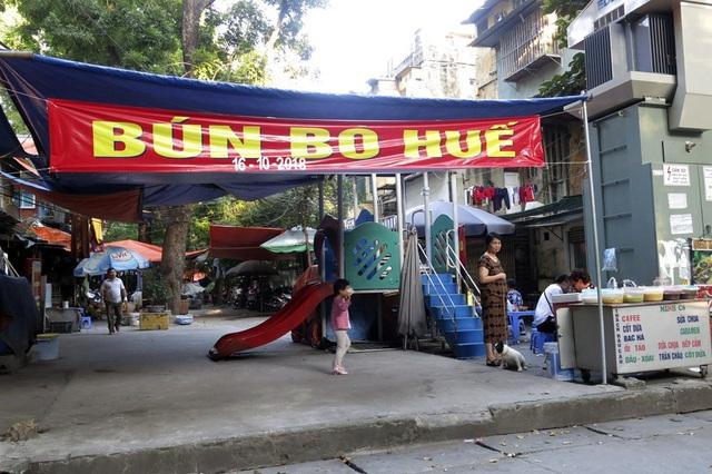 Một khu vui chơi cho trẻ em bị chiếm dụng để bán bún trong khu tập thể Kim Liên.