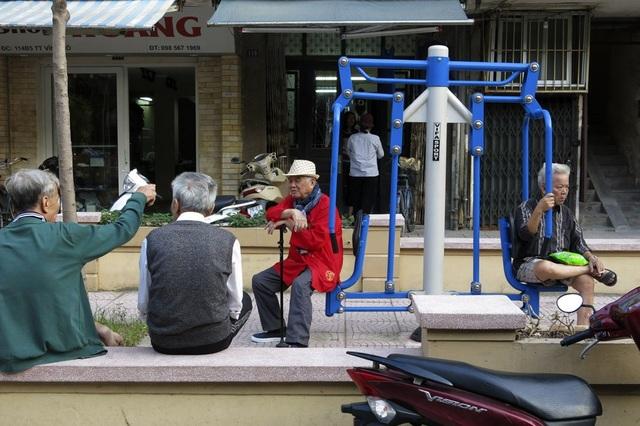 Nơi đây đặc biệt thu hút người hưu trí, các cụ già trẻ nhỏ, khu vực sinh hoạt cộng đồng vô cùng có ích trong các khu nhà tập thể.
