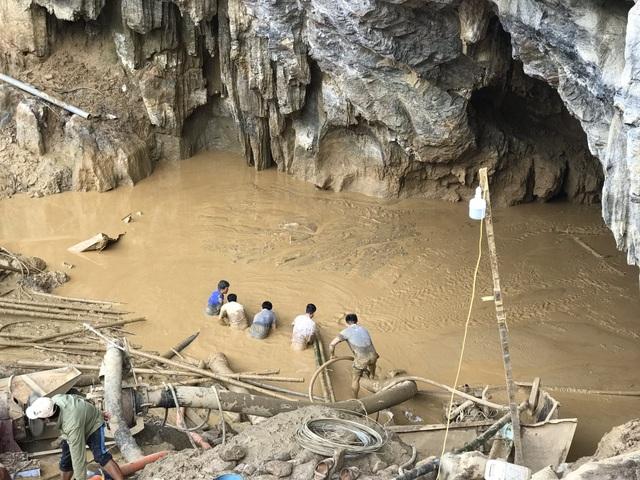 Lực lượng cứu hộ đang gặp khó trong quá trình hút bùn đất để tiếp cận hai phu vàng mắc kẹt trong hang.