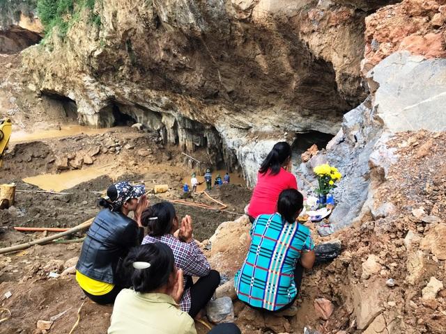 Người nhà các nạn nhân mong ngóng tìm thấy các phu vàng.