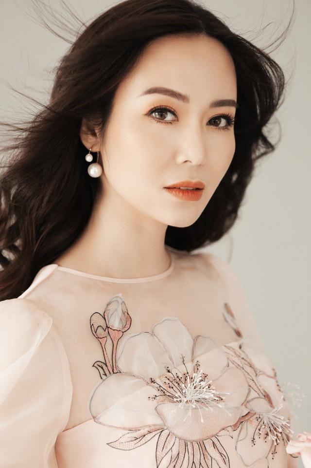 Hoa hậu Thu Thủy chia sẻ, vốn là người kỹ tính và rất cẩn trọng về hình ảnh nên cô đã nghiên cứu rất kỹ về phong cách mới nhận lời chụp bộ ảnh.