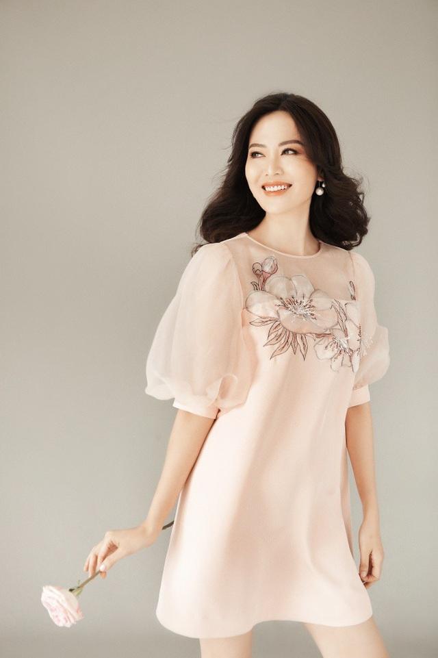 """Trong dịp sinh nhật, Hoa hậu Thu Thủy đã nhận lời làm """"nàng thơ"""". Trong bộ ảnh, """"bà mẹ hai con"""" thể hiện vẻ mong manh, nữ tính nhưng đầy cuốn hút của một người phụ nữ đã bước sang tuổi 43."""