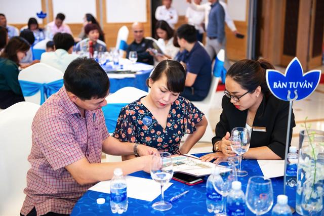 Khách hàng tham dự Lễ mở bán được các chuyên viên tư vấn giải đáp những thắc mắc xung quanh dự án