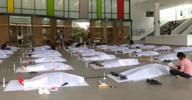 Trường đại học cho sinh viên... đắp khăn tang để trải nghiệm cái chết - 1