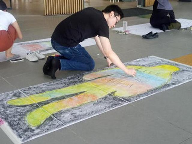 Trường đại học cho sinh viên... đắp khăn tang để trải nghiệm cái chết - 4