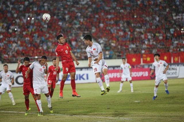 Đội tuyển Việt Nam ép sân toàn diện ở đầu trận