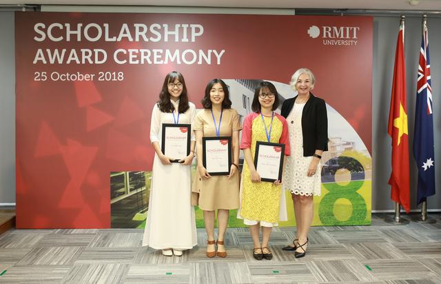 Hiệu trưởng RMIT Việt Nam, Giáo sư Gael McDonald trao học bổng Hiệu trưởng trị giá 100% học phí cho các tân sinh viên.