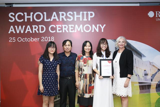 Niềm vui của tân sinh viên và gia đình khi nhận học bổng danh giá từ RMIT Việt Nam.
