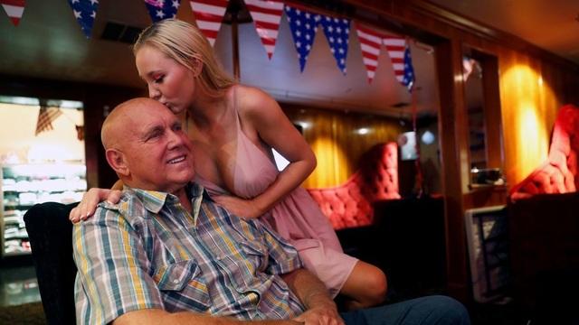 Ông Dennis Hof và bạn gái Misty Matrix hồi tháng 6 trong một nhà thổ do ông Hof sở hữu (Ảnh: Reuters)
