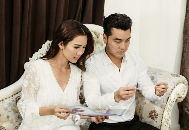 Thiệp cưới được cả hai vợ chồng tự lên ý tưởng, đặt thiết kế riêng trên chất liệu mica và giấy nghệ thuật một cách tinh tế, phong nhã. Trên thiệp cưới chính là khoảnh khắc hạnh phúc của cặp đôi được ghi lại trong lễ đính hôn trên bãi biển.