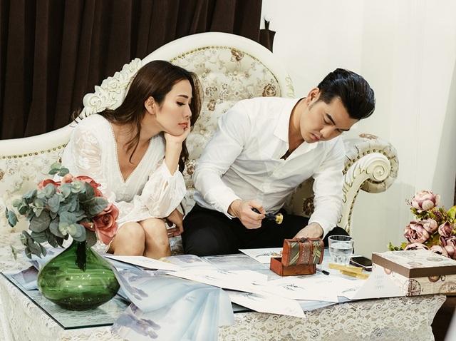Dù bận rộn với công việc, cặp đôi chăm chút từng chiếc thiệp mời và tự tay gửi đến bạn bè một cách đầy trân trọng.