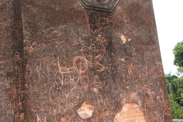 Các nét vẽ chủ yếu là những ký tự vẽ hoặc khắc tên lên mặt các bức tường xung quanh Cột cờ.
