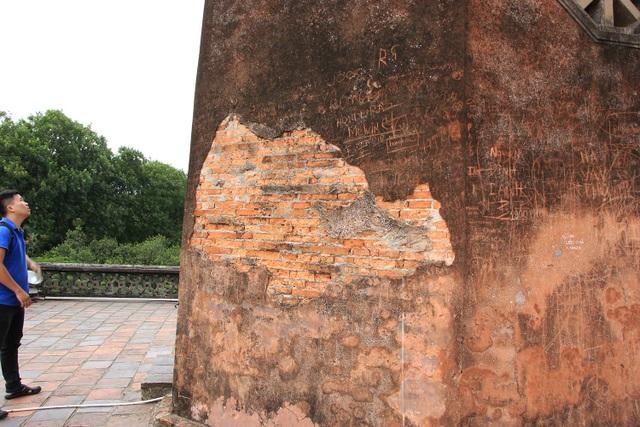 Nhiều di tích ở Hà Nội bị khắc bậy, vẽ bẩn - 3