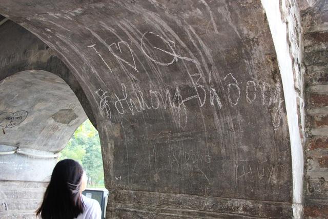 Tuy nhiên, hiện nay Tháp Hòa Phong cũng đang bị tình trạng vẽ bẩn, khắc bậy chi chít trên tường và vòm của Tháp.