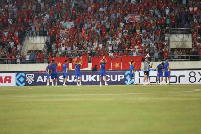 Các cầu thủ Việt Nam khởi động trước trận đấu