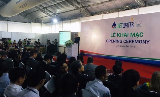 Ông Bùi Phạm Khánh, Thứ trưởng Bộ Xây dựng phát biểu tại Triển lãm Quốc tế ngành nước Vietwater 2018 với hơn 500 đơn vị tham gia.