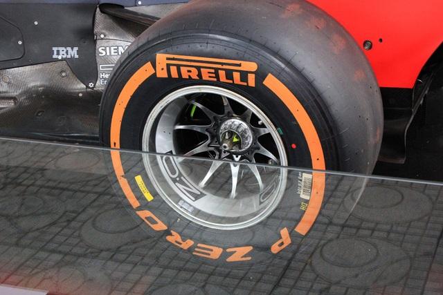 Tiêu chuẩn kỹ thuật của lốp cũng được quy định rất nghiêm ngặt: 2 lốp trước rộng từ 12 - 15 inch, 2 lốp sau từ 14 - 15 inch; bốn rãnh dọc phải liên tục trên khắp chu vi của lốp và các rãnh này phải sâu ít nhất từ 2,5mm, rộng ít nhất 50mm.