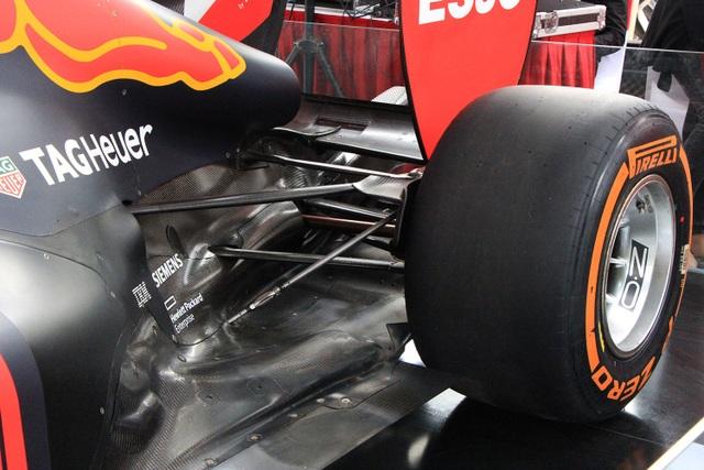 Cận cảnh chiếc xe đua F1 trị giá trăm tỉ được trưng bày trên đường phố Hà Nội - 9