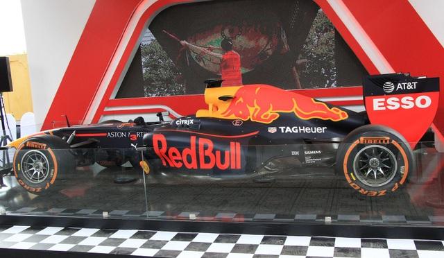 Trên lý thuyết, một chiếc xe đua F1 có thể đạt tới vận tốc 400 km/h, nhưng thực tế thường chỉ ở mức trên dưới 300 km/h.