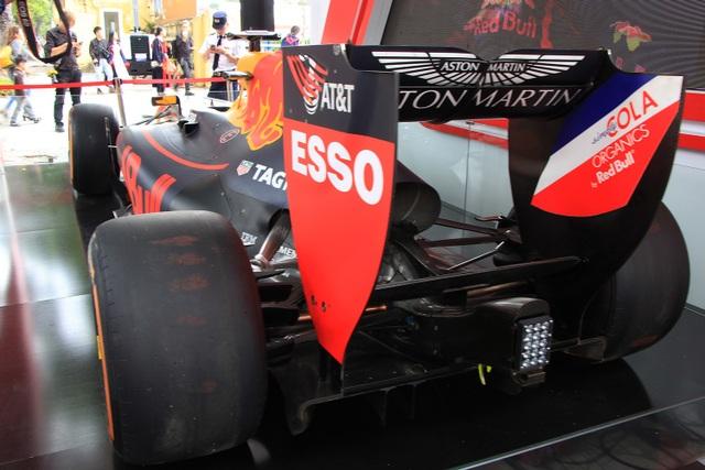 Cận cảnh chiếc xe đua F1 trị giá trăm tỉ được trưng bày trên đường phố Hà Nội - 4
