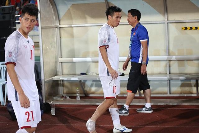 Văn Quyết rời sân ở trận gặp Lào do chấn thương nhẹ