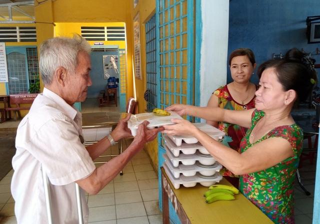 Các thiện nguyện phục vụ ở bếp ăn dành cho người bán vé số chủ yếu là các giáo viên về hưu đang sinh hoạt trong Hội cựu giáo chức TP Sa Đéc, tỉnh Đồng Tháp