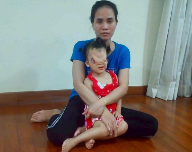 Cô bé Hoàng Dung hiện đang điều trị tại Singapore.