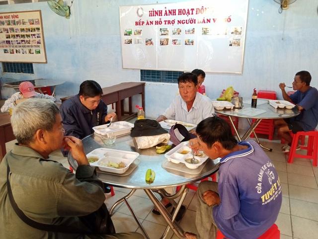 Hiện tại bếp ăn phục vụ cho gần 200 người bán vé số trên địa bàn TP Sa Đéc và một số huyện lân cận. Bếp ăn phục vụ từ thứ hai đến thứ bảy hàng tuần.