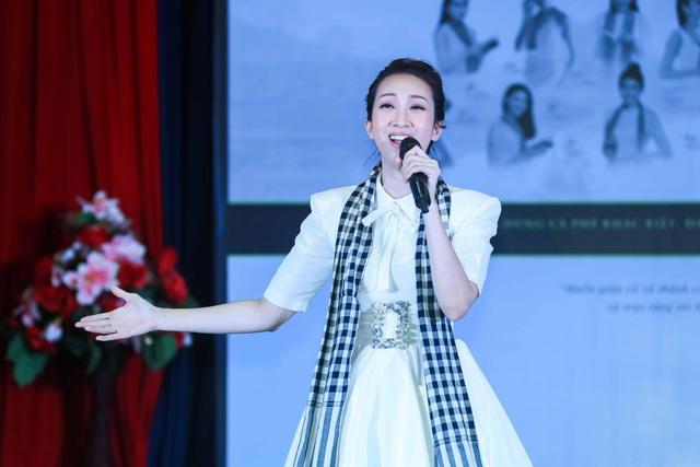Lều Phương Anh hát tặng sinh viên trong buổi giao lưu.