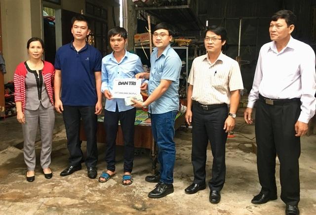 Phóng viên Dân trí cùng đạo diện chính quyền địa phương trao số tiền gần 200 triệu đồng đến gia đình Hoàng Dung.