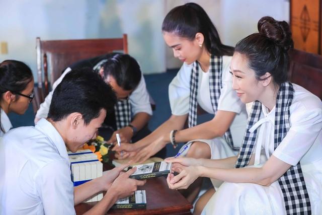 Lều Phương Anh và Mâu Thuỷ ký tặng sách cho sinh viên.