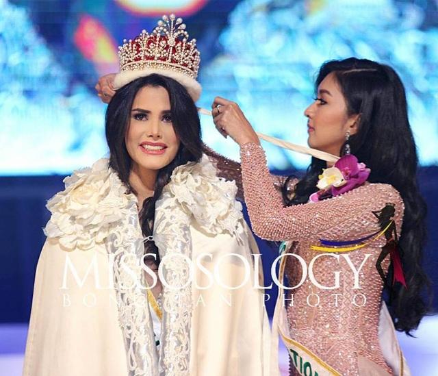 Hoa hậu Quốc tế 2017 Kevin Lilliana của Indonesia trao vương miện cho người kế nhiệm