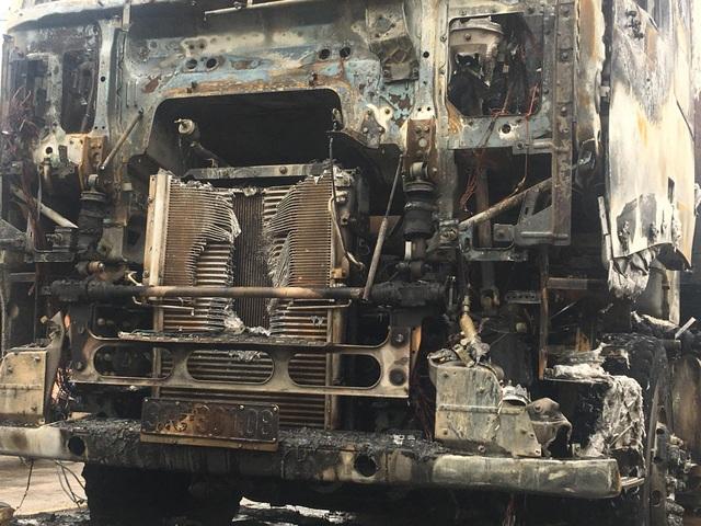 Chiếc xe đầu kéo bị cháy trụi hoàn toàn, gây thiệt hại lớn về kinh tế.