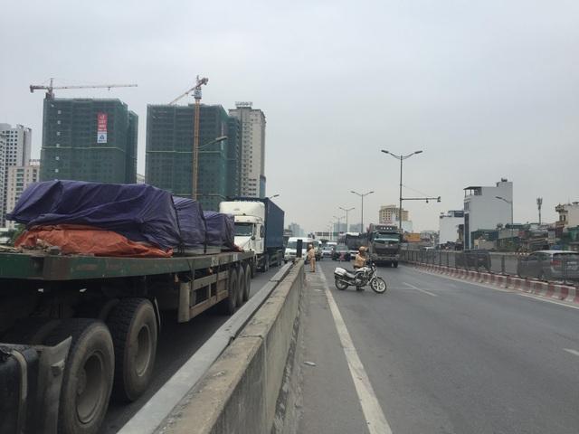 Giao thông qua khu vực tai nạn gặp nhiều khó khăn.
