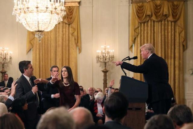 Tổng thống Trump tranh luận gay gắt với nhà báo Acosta (Ảnh: Reuters)