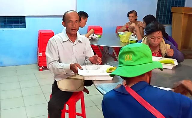 Anh Hồ Minh Hưng - đi bán vé số nhiều năm qua để lo cho hai đứa con ăn học đến nơi đến chốn